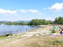 Zelená voda, kúpanie, jazero, leto, rekreanti, leto, plavky