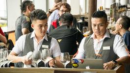 Singapur, čašníci, pivo, ochutnávka