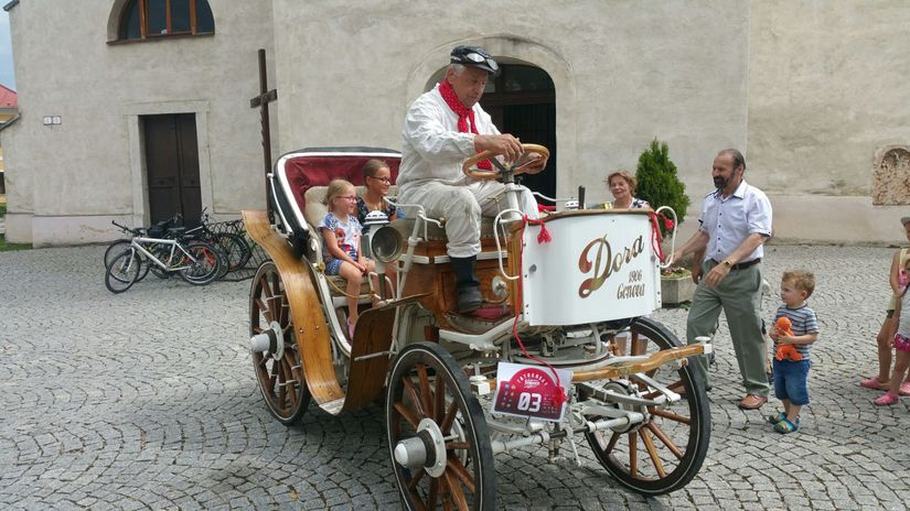 Replika kočiarového elektromobilu Dora