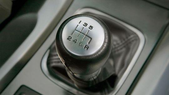 Toyota chce zlepšiť manuálnu prevodovku. Zabráni zlému radeniu