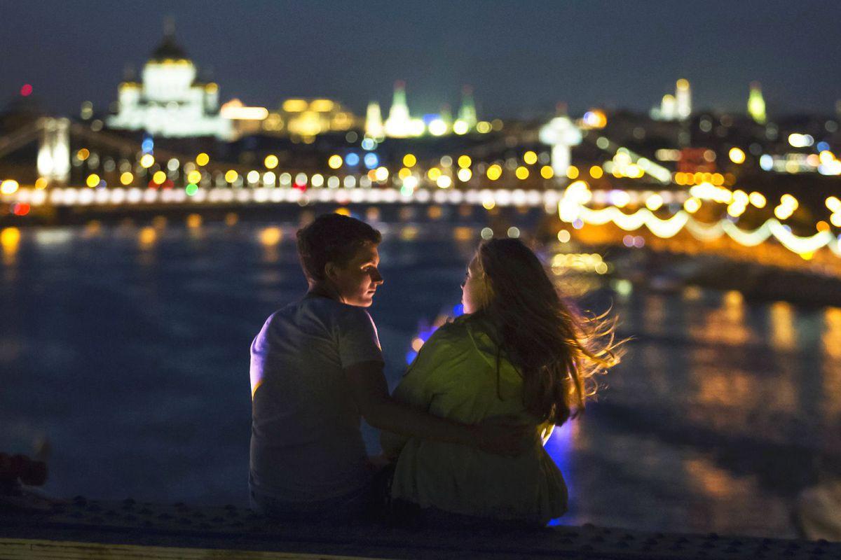 Rusko, pár, zaľúbenci, romantika, Moskva, rieka, dvojica, láska, večer,  noc, svetlá, mesto
