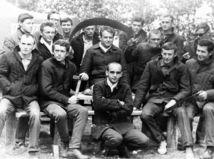 študenti, budovatelia, železnice