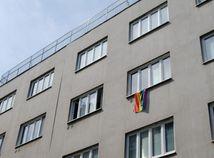 SNS vyzýva ombudsmanku Patakyovú, aby zvesila dúhovú vlajku