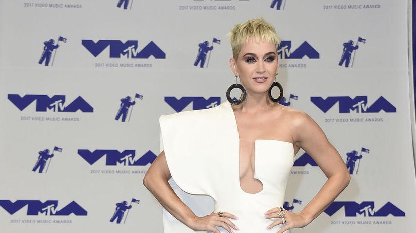 Speváčka Katy Perry si obliekla róbu Stephane...