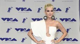 Speváčka Katy Perry si obliekla róbu Stephane Rolland.