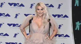 Speváčka Kesha v kreácii Monsoori.