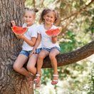 deti, strom, melón, ovocie, prázdniny, kamarátky, cestovanie, dovolenka, sestry,
