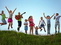 deti, tábor, škôlka, škola, hra, hranie, žiaci, gitara, prázdniny, hudba