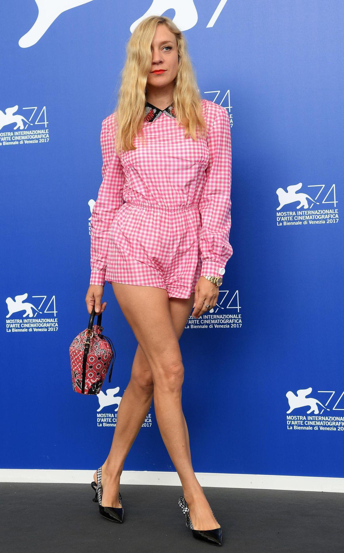 Herečka Chloe Sevigny v šortkovom overale Miu...