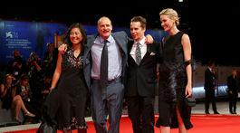 Herec Woody Harrelson a jeho manželka Laura Louie (pár vľavo) a herec Sam Rockwell a jeho manžleka Leslie Bibb.