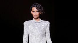 Modelka predvádza kreáciu z dielne značky Tom Ford - sezóna Jar 2018.