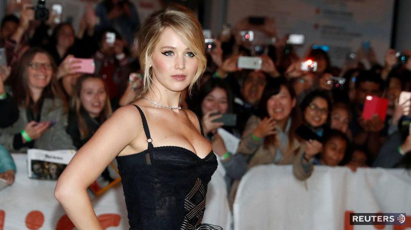 Herečka Jennifer Lawrence pózuje fotografom na...