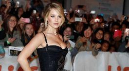 Herečka Jennifer Lawrence pózuje fotografom na červenom koberci.