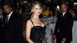 Herečka Jennifer Lawrence v kreácii Dolce & Gabbana.