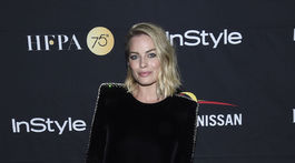 Herečka Margot Robbie v šatách Saint Laurent.