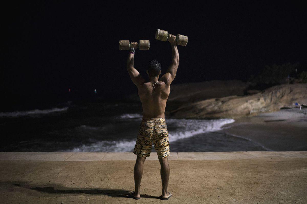Brazília, cvičenie, činky, more, pláž