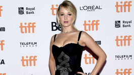 Herečka Jennifer Lawrence v šatách Dolce & Gabbana.