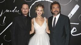 Darren Aronofsky (vľavo) a jeho priateľka Jennifer Lawrence spoločne s hercom Javierom Bardemom