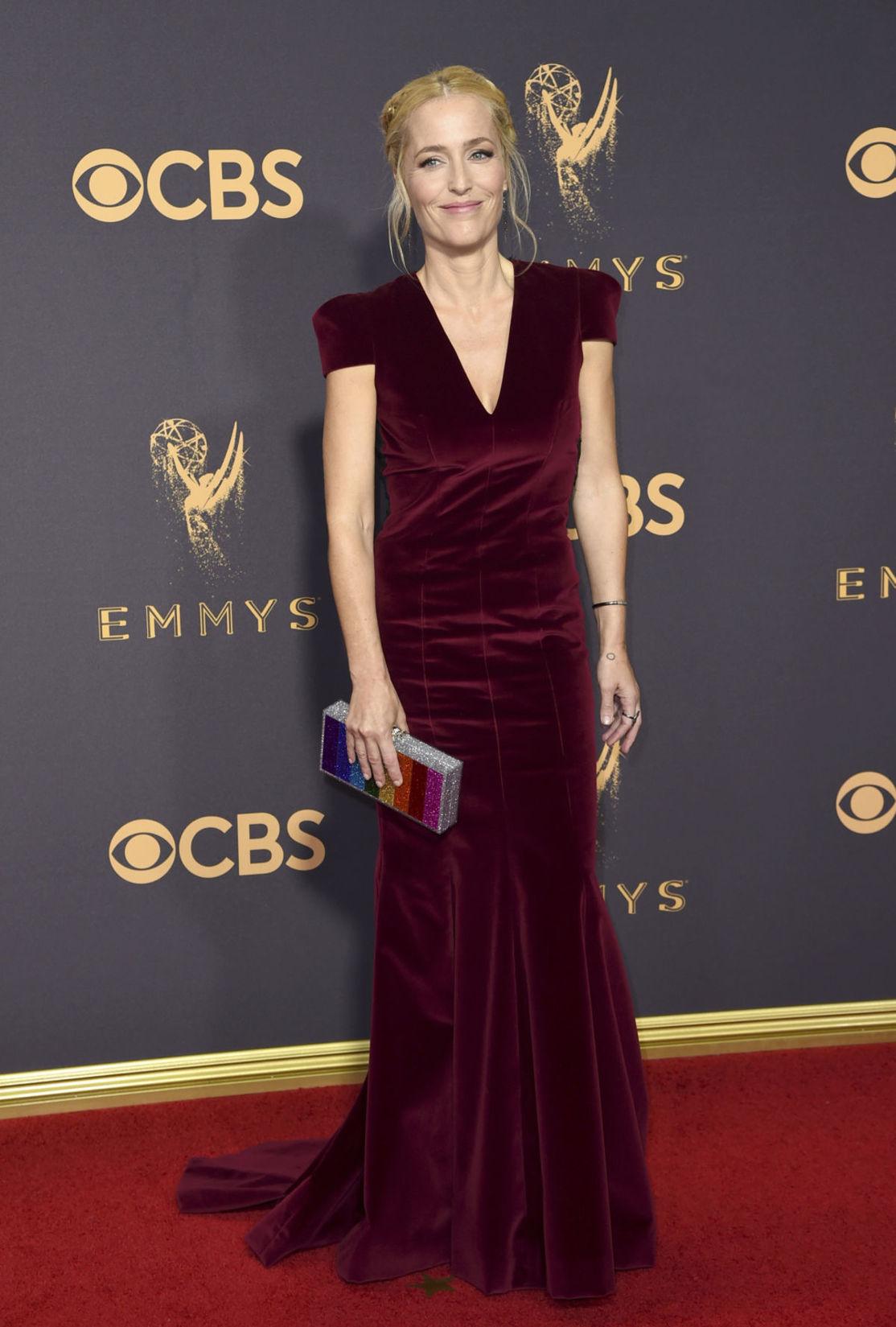 Britská herečka Gillian Anderson vo vínovom...