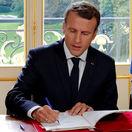 Macron podpísal kontroverznú reformu pracovného práva, Francúzi sa búria