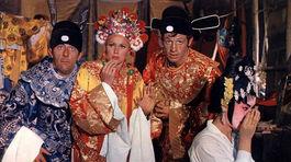 Jean Rochefort, Ursula Andressová a Jean-Paul Belmondo vo filme Muž z Hongkongu.