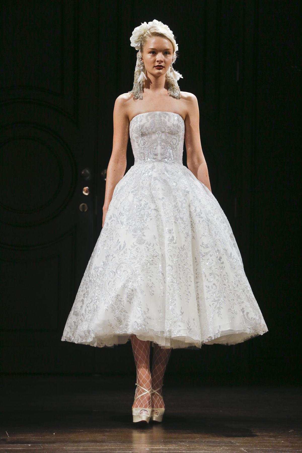 dd04d8df5172 Nové svadobné trendy na sezónu Jar Leto Modelka vo svadobných šatách u  kolekcie dizajnéra Naeema Khana.