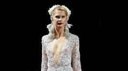 Modelka vo svadobných šatách u kolekcie dizajnéra Naeema Khana.