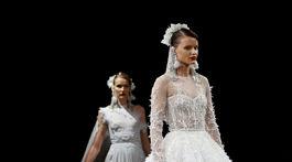 Modelky vo svadobných šatách z kolekcie dizajnéra Naeema Khana.