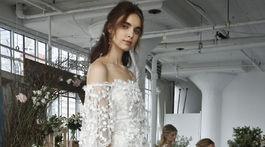 Modelky vo svadobných šatách z kolekcie Marchesa.