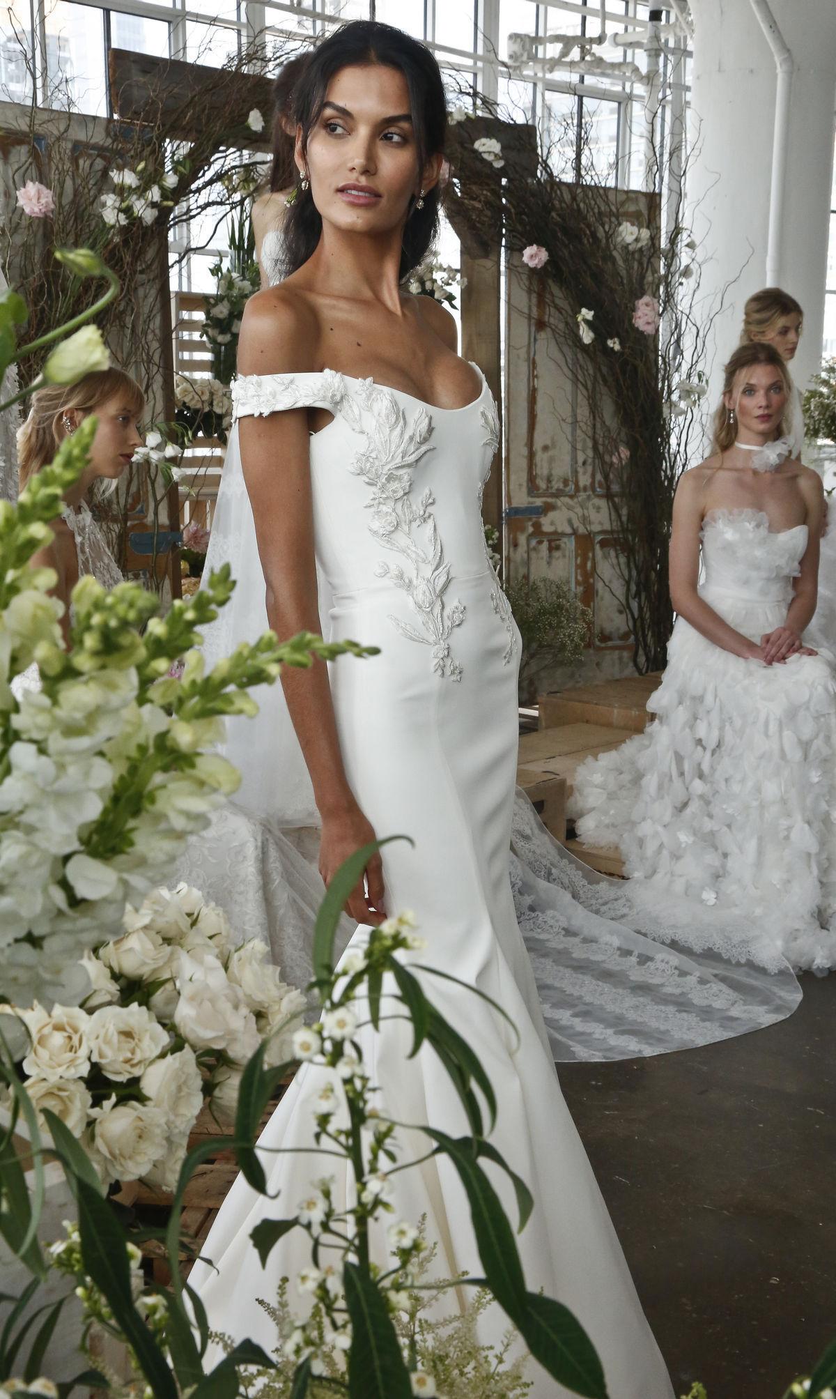 9f67e4f1663e Svadobné trendy na Jar Leto 2018. Modelka vo svadobných šatách z kolekcie  Marchesa