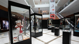 Záber na expozíciu výstavy Od kolísky ku kráse