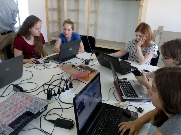 dievčatá, notebooky, informatika