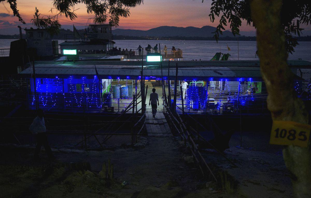 rieka, loď, párty, Brahmaputra, India, svetlá