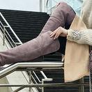 Brúsená koža, pastelové farby a dĺžka vysoko nad kolená - tak vyzerajú čižmy