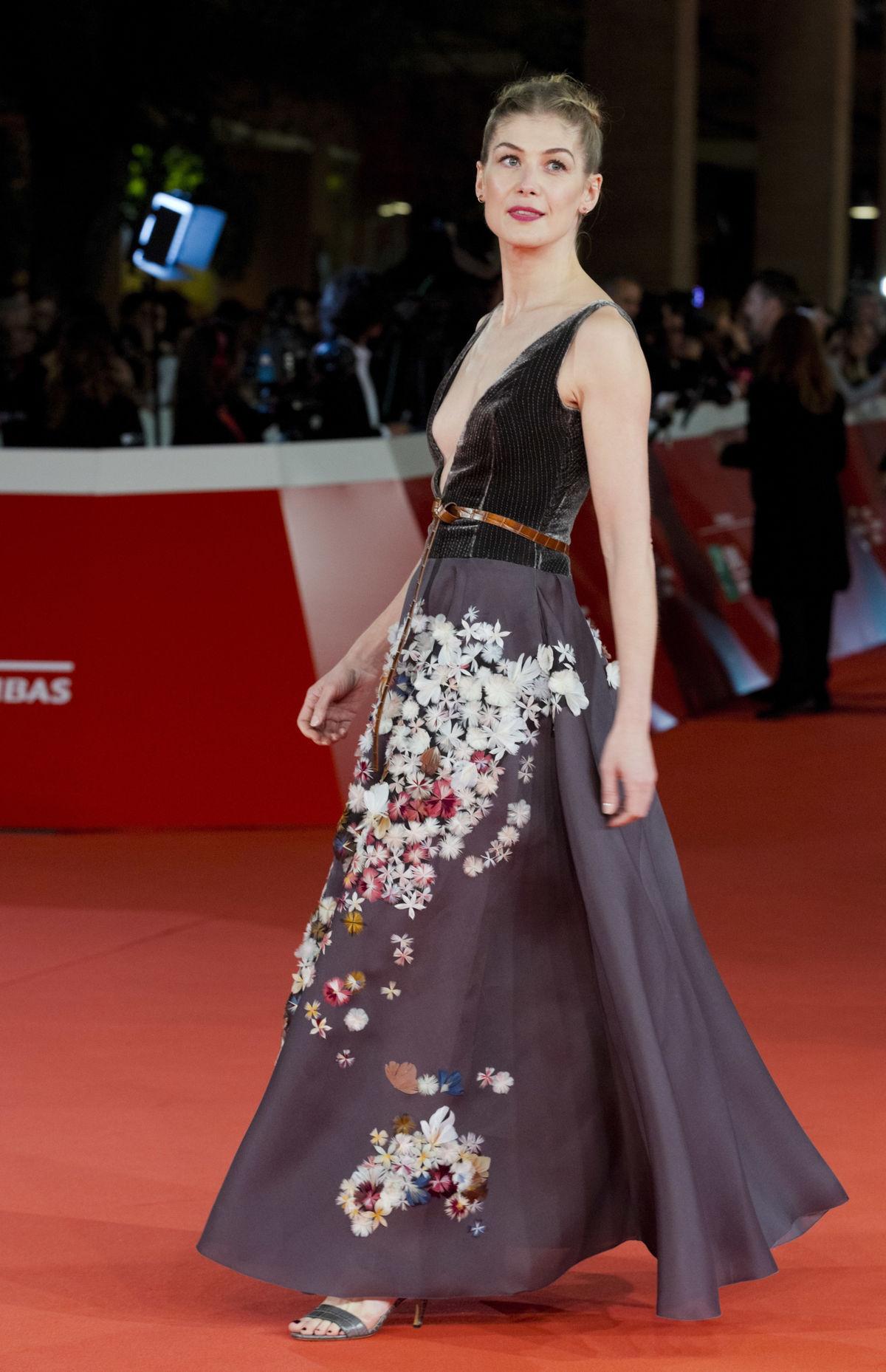 Rosamund Pike v kreácii Christian Dior Couture