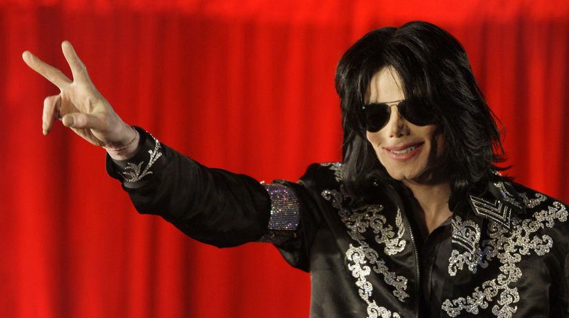 Spevák Michael Jackson na archívnom zábere.