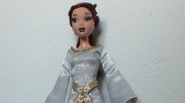 Bábika v šatách od Petry Hajdiny.