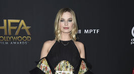 Herečka Margot Robbie v šatách Louis Vuitton.