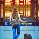 cestovanie, turistka, turista, letisko, lietadlo, odlet, kufor, oznamovacia tabuľa,