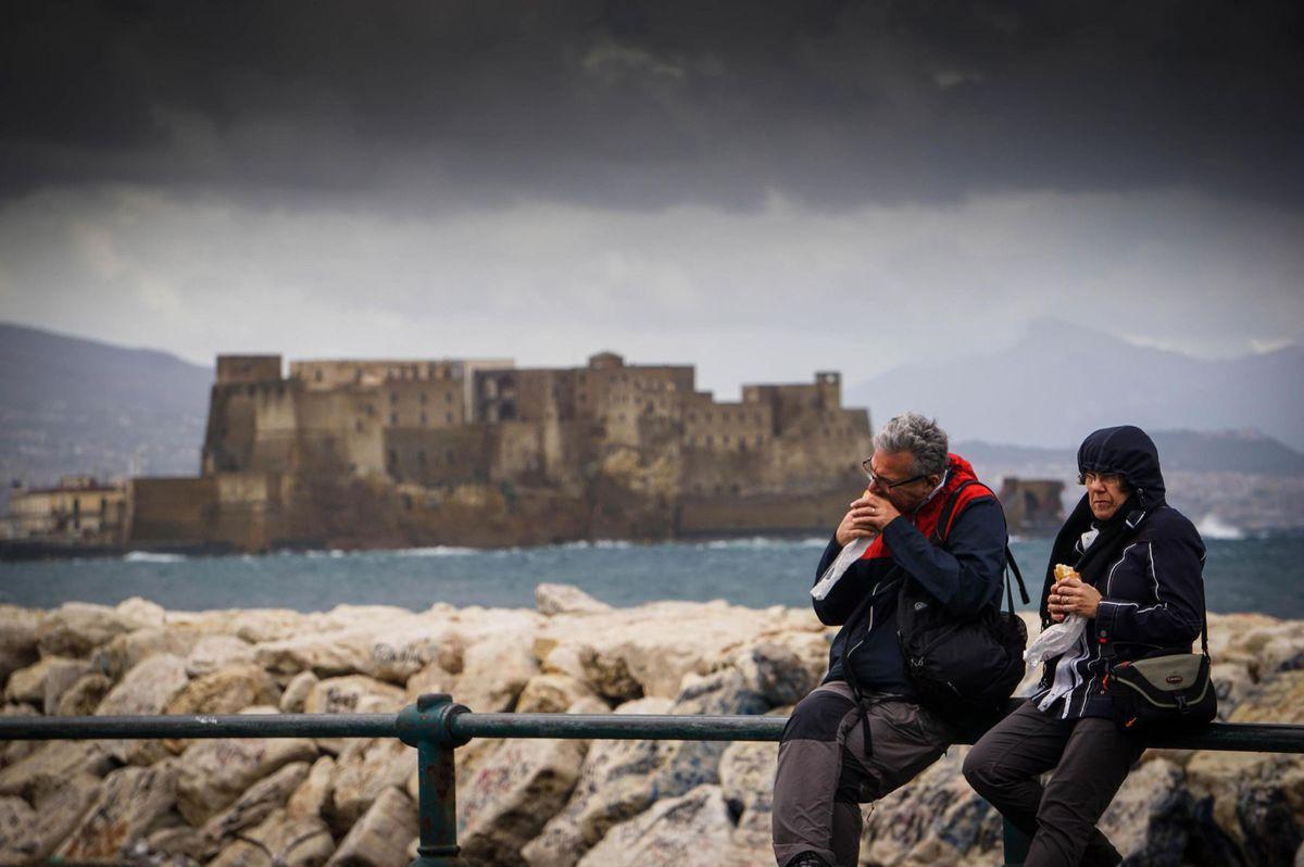 Taliansko, Neapol, pevnosť, desiata, olovrant, turisti, sendvič,