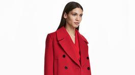 Výrazný červený kabát z vlnenej zmesi H&M, predáva sa za 99 eur.
