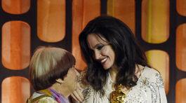 Herečka Angelina Jolie (vpravo) odovzdala cenu francúzskej režisérke Agnes Varda.