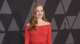 Herečka Jessica Chastain bola neprehliadnuteľná v červenej farbe.