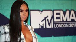 Speváčka Demi Lovato a jej odhalený dekolt.