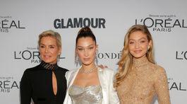 Yolanda Foster (vľavo) a jej dcéry - topmodelky Bella Hadid (v strede) a Gigi Hadid