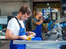 Ekonomika sa prehrieva. Investícií pribúda a fabrikám chýbajú ľudia