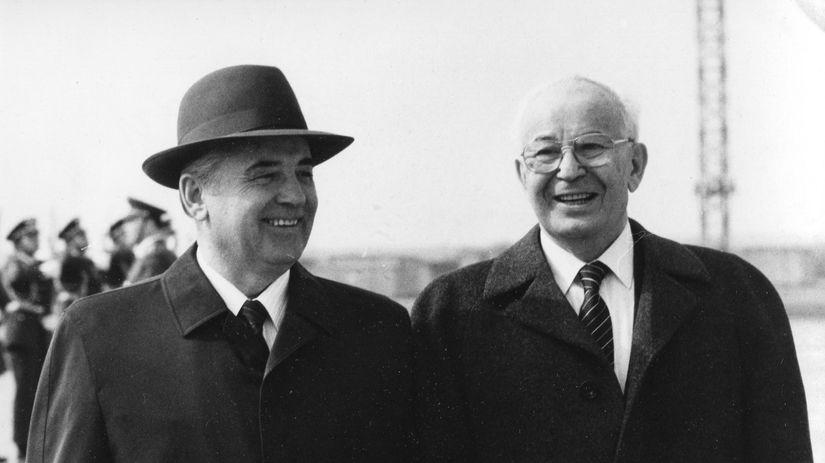 Gustáv Husák s Michailom Gorbačovovom počas...