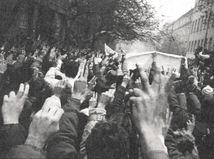 Výročie novembra '89 v Česku sprevádzali emócie, Babiš odletel za synom