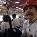 Ľady brázdi hokejový Matuzalem. Zbraňou 96-ročného strelca sú fúzy
