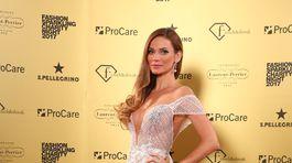 Modelka Andrea Verešová v šatách od Jany Pištejovej.
